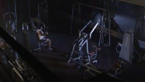 Drev för idrottsmanidrottsman nenkroppsbyggare i idrottshallen Stilig muskulös sportman i konditionklubban, bästa sikt kämpe stock video