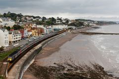 Drev för passagerare 125 för argt land som InterCity lämnar den Dawlish stationen, Devon, UK arkivfoto