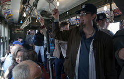 Drev för tappning för låg spänning för Yankeefanritt till stadion för openin Arkivfoto