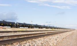 Drev för Texas oljatransport BNSF med olje- behållare som upp till skuggar A M. Arkivbilder