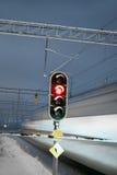 Drev och röd signalering på den järnväg crossingen Arkivfoton