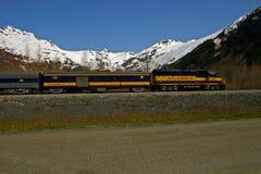Drev på den alaskabo järnvägen för trans. nära Whittier, Alaska Arkivfoto