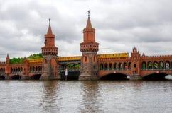 Drev på den Oberbaum bron i Berlin Arkivbild