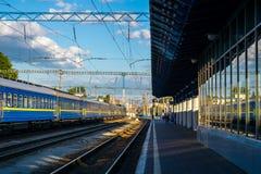 Drev på järnvägstationen Kyiv Ukraina Royaltyfria Foton