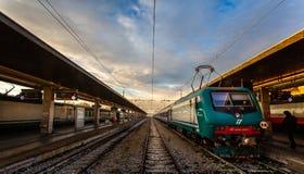Drev på plattformen i den Venedig järnvägsstationen i Venedig, Italien royaltyfria bilder