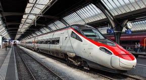 Drev på Zurich den huvudsakliga järnvägsstationplattformen Arkivfoto