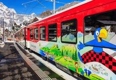 Drev som lämnar den Engelberg järnvägsstationen i Schweiz Arkivbild