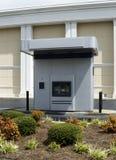 Drev-uppATM-maskin bredvid en bank arkivbilder