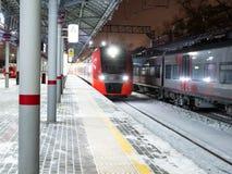 Drevankomst på stationen Panfilovskaya i Moskva fotografering för bildbyråer