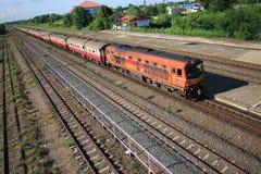 Drevankomsten på stationen ser järnvägsspår Royaltyfri Fotografi