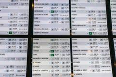 Drevavvikelse och informationsbräde om ankomster i den Barcelona stationen royaltyfri fotografi