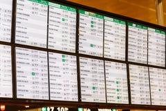 Drevavvikelse och informationsbräde om ankomster i den Barcelona stationen arkivfoton