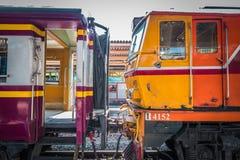 Dreven v?ntar passagerare p? plattformen av Bangkok Hua Lamphong Railway Station royaltyfri foto