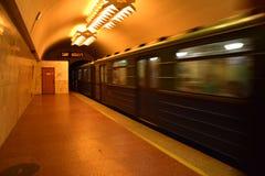 Drevet är avtågande från tunnelbanastationen Arkivfoto