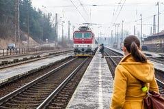 Drevet ankommer in i järnvägsstationen av Ruzomberok som är slovakisk Arkivbilder