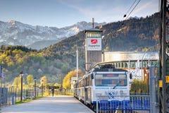 Drevet av den bayerska Zugspitze järnvägen står i den Garmisch stationen royaltyfri fotografi
