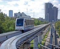 Drevet av en enskenig järnväg att närma sig stationen moscow Ryssland Arkivbild