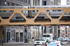 Drevet för CTA som El korsar en bro i i stadens centrum Chicago, Illinois USA Arkivbild