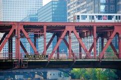 Drevet för CTA som El korsar en bro i i stadens centrum Chicago, Illinois USA arkivfoton