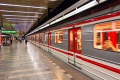 Drevet lämnar tunnelbanastationen i Prague Arkivbild