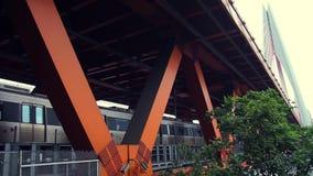 Drevet passerar till och med bron stock video