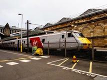 Drevet väntar på folk i den EdinburgWaverley stationen Royaltyfri Fotografi