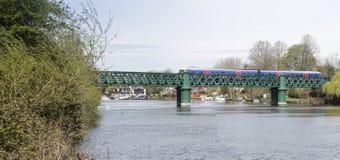 Drevkorsning bro över Themsen på det Bourne slutet Fotografering för Bildbyråer