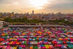 Drevnattmarknad Ratchada, Bangkok, Thailand Arkivbild