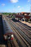 Drevparkering på station ser järnvägsspår fodra, plattformen, med bakgrund för blå himmel, stationstaket, drevtak Royaltyfria Bilder