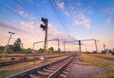 Drevplattform och trafikljus på solnedgången järnväg Järnvägst Royaltyfri Fotografi