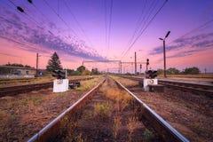 Drevplattform och trafikljus på solnedgången järnväg Järnvägst Royaltyfri Foto