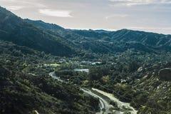 Drevspår till och med kullar Arkivfoton