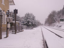 Drevstation med railtracken som täckas av snö Arkivbild