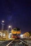 Drevstation och järnväg i natten Royaltyfri Bild