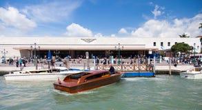 Drevstation Santa Lucia i Venedig Arkivfoton