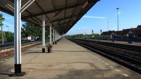 Drevstationen ser järnvägsspår fodra, plattformen, Royaltyfria Foton