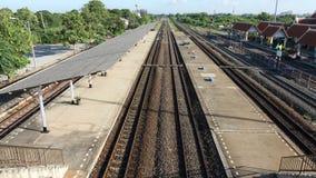 Drevstationen ser järnvägsspår fodra, plattformen, sikt för fågelöga Royaltyfri Fotografi