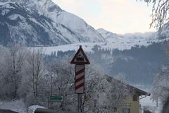 Drevtecken på ett snöig berg royaltyfri foto