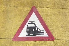 Drevvarningstecken på en järnvägkorsning Arkivfoto