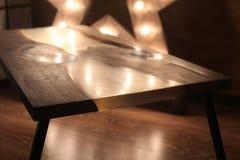 Drewna i epoxy stół z gwiazdową lampą w drewnianym wnętrzu obraz stock