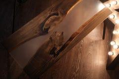 Drewna i epoxy stół z gwiazdową lampą w drewnianym wnętrzu fotografia royalty free