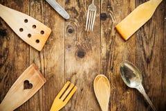Drewna i metalu naczynia, drewniany stół Zdjęcia Stock