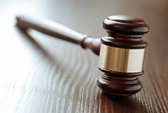 Drewna i mosiądza sędziów młoteczek zdjęcie royalty free
