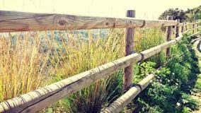 Drewna ogrodzenie w wierzchołku góra fotografia stock