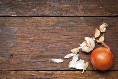 Drewna stołowy tło z cebulą Zdjęcie Stock