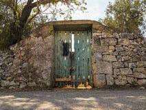 Drewna zielony drzwi w wsi Salento, Włochy zdjęcia royalty free