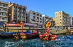 Drewniana łódź na Dubaj zatoczce obraz royalty free