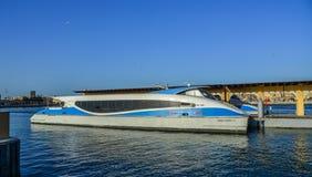 Drewniana łódź na Dubaj zatoczce zdjęcia stock