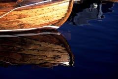 Drewniana łódź - odbicie Obrazy Royalty Free