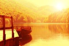 Drewniana łódź przy molem na halnym jeziorze Fotografia Stock
